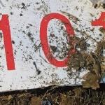 Fragment leżącego wbłocie samolotu Tu-154M