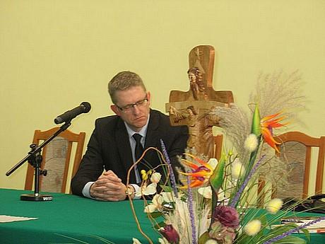 Grzegorz Braun wskupieniu izadumie słucha wBielsku-Białej wierszy Węgrzyna - fot.Rajmund Pollak
