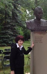 Zofia Pilecka przy popiersiu rtm. Witolda Pileckiego - fot.Małgorzata Kupiszewska