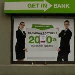Oszukani przezGetin Bank wieszają nawitrynie klepsydrę