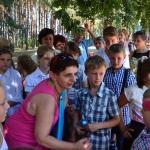 Małgorzata Kupiszewska rozmawia zdziećmi wOssowie podczas rekonstrukcji Bitwy Warszawskiej