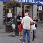 Paweł Michalski zsynem rozmawia zmieszkańcami Bytomia