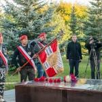 Sztandar Rajdu Katynskiego pochylony nadmogiłą