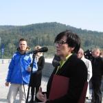 Wice Minister Niedziela podczas hucpy POwŚwinnej Porębie zotwarciem zbiornika wodnego