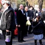 Minister Kolarski kwestuje nacmentarzu Rakowickim wKrakowie - fot.Jan Lorek