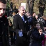 Minister Wojciech Kolarski kwestuje nacmentarzu Rakowickim - fot.Jan Lorek