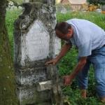 Paweł Kukiz nacmentarzu kresowym przy grobowcu Franciszka Kukiza