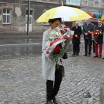 Poesł Ewa Filipiak składa kwiaty przedpomnikiem 11.11.2015r. wWadowicach