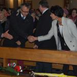 Posłowie Ziemi Wadowickiej przekazują sobie znak pokoju podczas mszy świetej