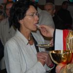 Poseł Ewa Filipiak przyjmuje komunię świetą