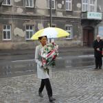 Poseł Ewa Filipiak składa kwiaty
