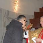Poseł drhab. Józef Brynkus całuje relikwie Świętego Jana Pawła II