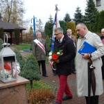 Poseł drhab. Jzef Brynkus iMicha Siwiec-Cielebon składają wiąznke kwaitów przedpomnikiem Bł.Ks.Jerzego Popiełuszki wWadowicach