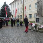 dr hab. Józef Brynkus, poseł naSejm RP zRuchu Kukiz'15 skłąda wiązankę 11.11.2015r. przedpomnikiem wWadowicach