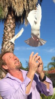 Marek Brzeszcz wypuszcza białego gołebia