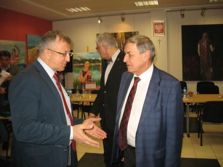 Poseł Józef Brynkus udziela reprymendy dyrektorowi Sawickiemu (fot.Rajmund Pollak)