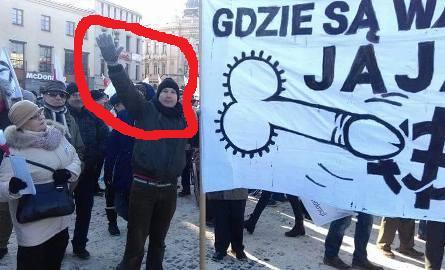 """pracownik Centrum Kultury wLublinie, Szymon Pietrasiewicz, """"hajlując"""" trzyma obsceniczny transparent"""