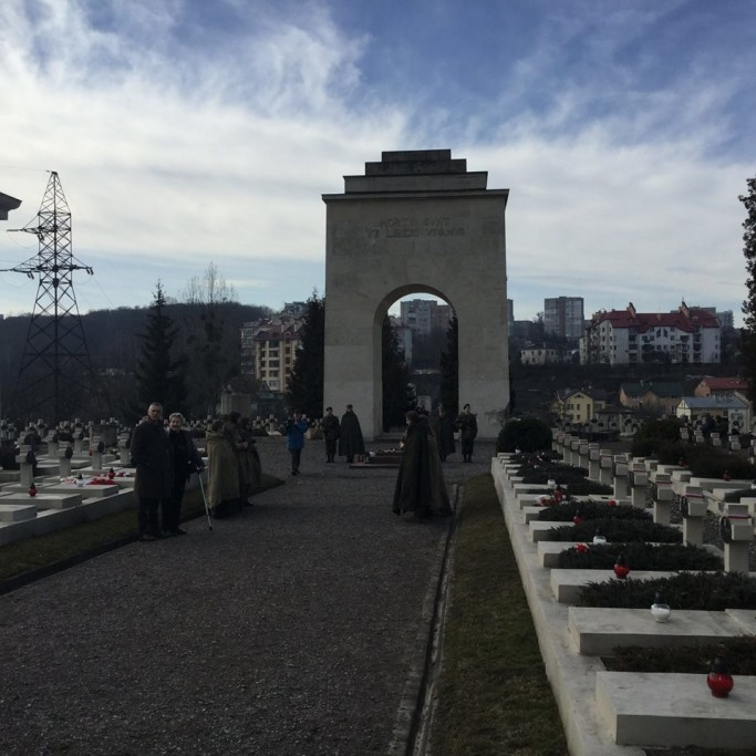 Na cymentarzu Obrońców Lwowa