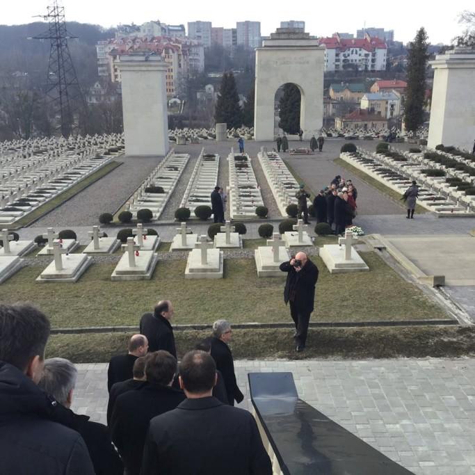 Na cymentarzu Obronców Lwowa