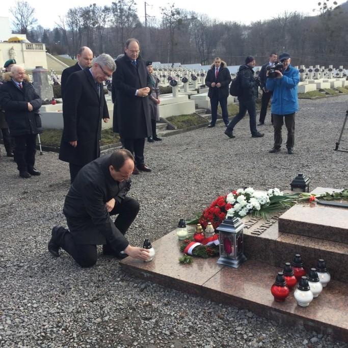 Paweł Kukiz stawia znicz