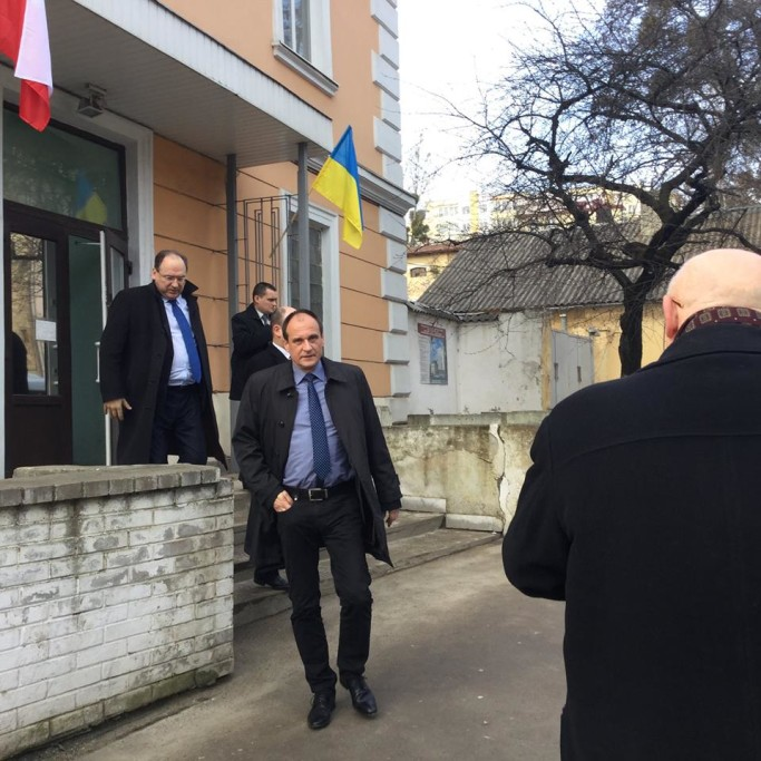 Paweł Kukiz wychodzi zkonsulatu weLwowie