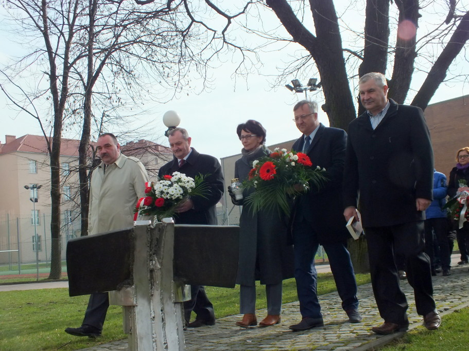 Posłowie Ziemi Wadowickiej składają kwiaty przedPominikiem Katyńskim wWadwicach 2016 rok