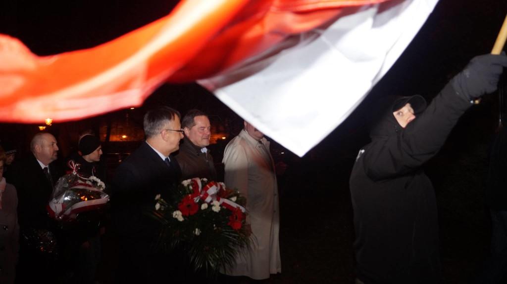 Poseł Brynkus zAndrychowskimi Patriotami naMarszu Żołnierzy Wyklętych podbiało-czerwoną flagą