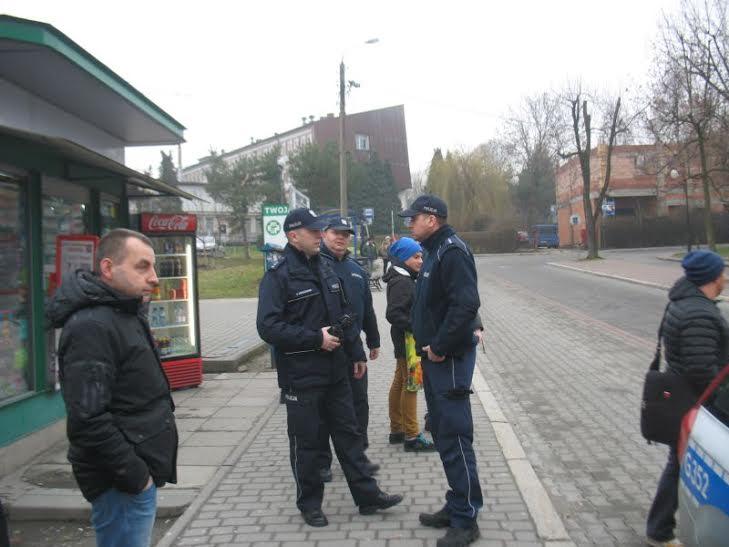 Pikietę wWadoiwcach przeciw likwidacji busów czynnie poprała Policja