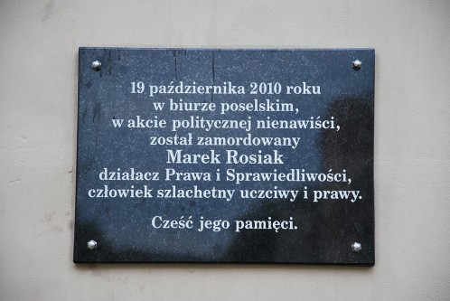 1024px-Plaque_to_Marek_Rosiak,_killed_politician_of_Łódź,_Łódź_Schillera_Passage