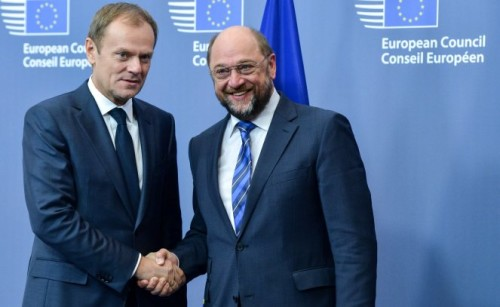 epa04511575 Martin Schulz, President of the European Parliament (R), is welcomed by New President of the European Council Donald Tusk (L) prior to a meeting at the EU Council headquarters in Brussels, Belgium, 02 December 2014. EPA/STEPHANIE LECOCQ Dostawca: PAP/EPA.