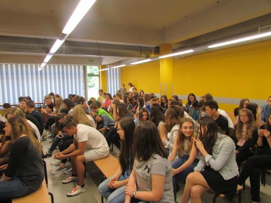 Uczniowie niesłuchają Klinowksiego gdynaucza odemokracji wZespole Szkół nr3 wWadowicach