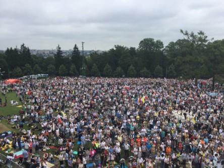 Pielgrzymi naJasnej Górze wczasie mszy sprawowanej przez Papieża Franciszka