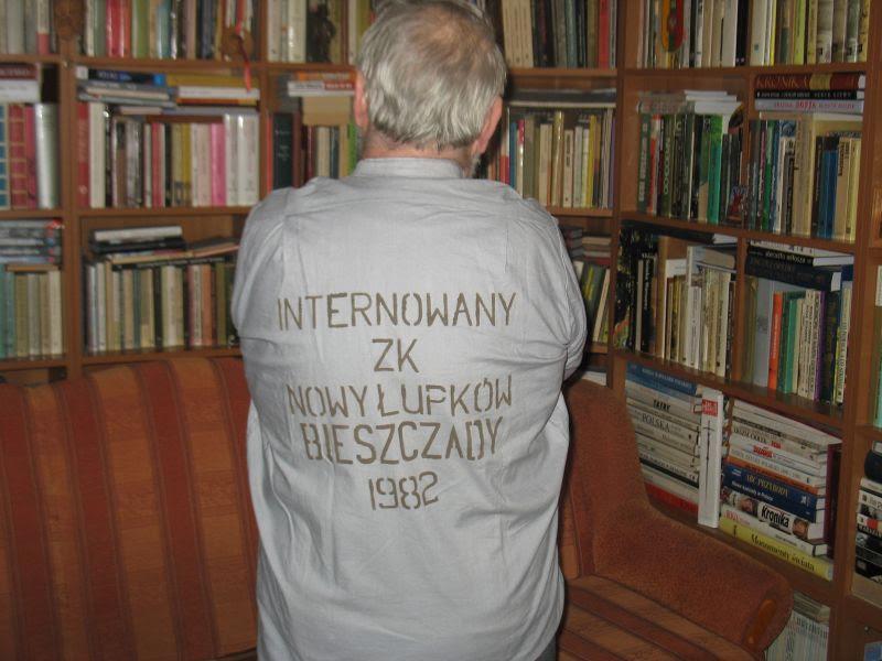 Andrzej Kralczyński wwięziennej bluzie zinternowania w1982 roku