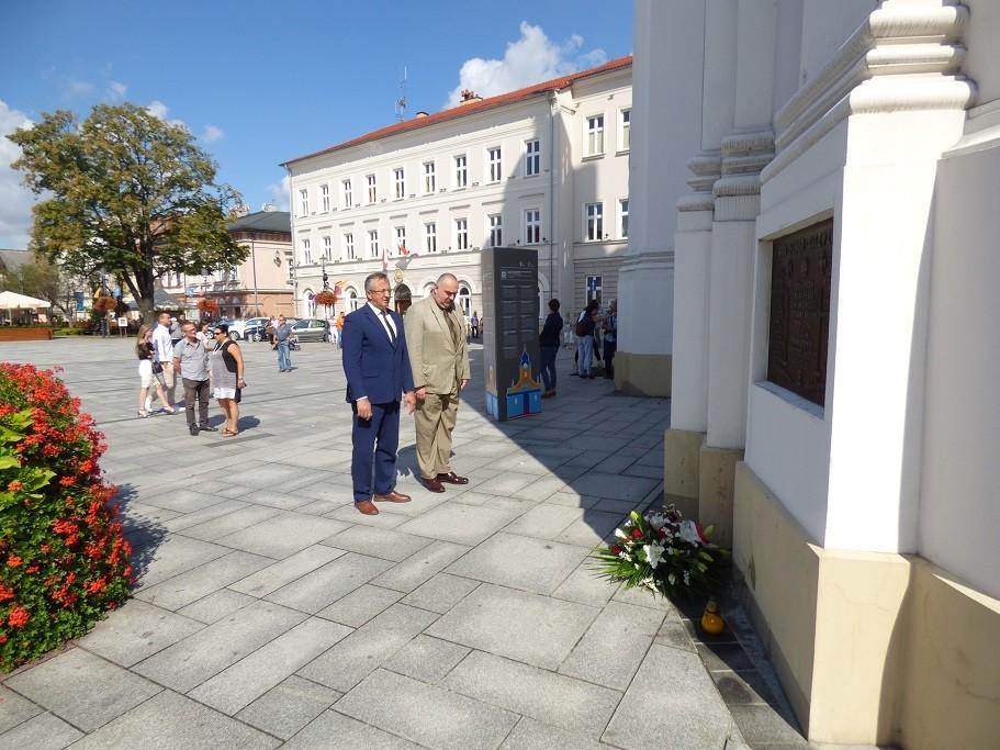 Poseł Jóżef Brynkus iMichał Siwiec-Cielebon składają kwiaty podtablicami umieszczonymi naBazylice wWadowicach zokazji Święta Wojska Polskiego