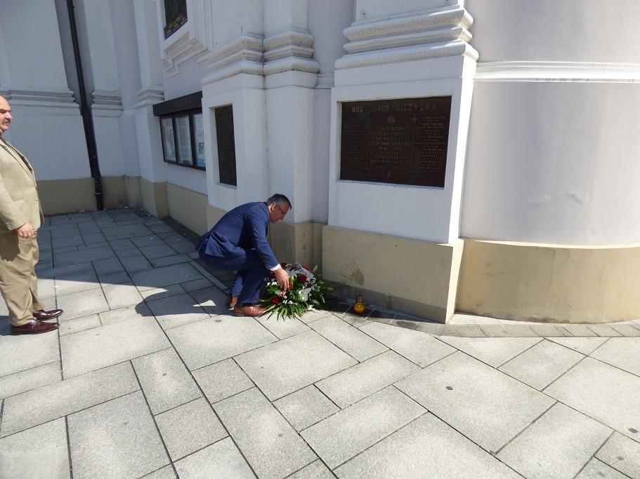 Poseł Jóżef Brynkus iMichał Siwiec-Cielebon składają kwiaty podtablicami umieszczonymi naBazylice zokazji Święta Wojska Polskiego wWadowicach - 2016 rok