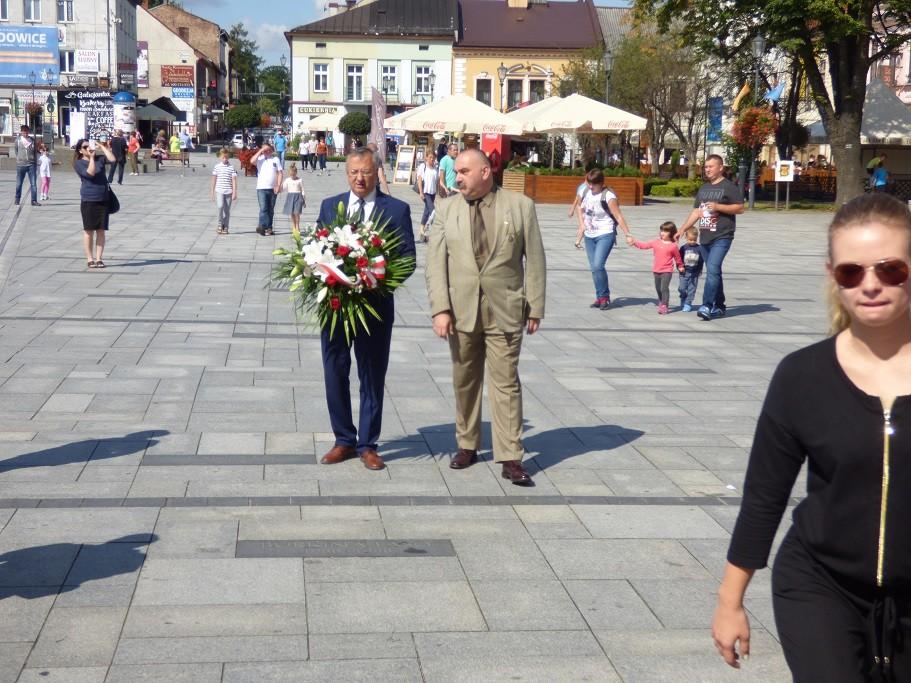 Poseł Jóżef Brynkus iMichał Siwiec-Cielebon składają kwiaty podtablicami umieszczonymi naBazylice zokazji Święta Wojska Polskiego wWadowicach