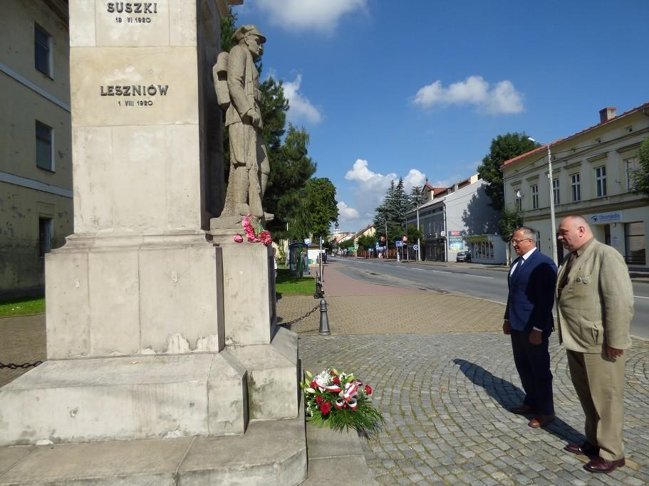 Poseł Jóżef Brynkus iMichał Siwiec-Cielebon składają kwiaty zokazji Święta Wojska Polskiego wWadowicach
