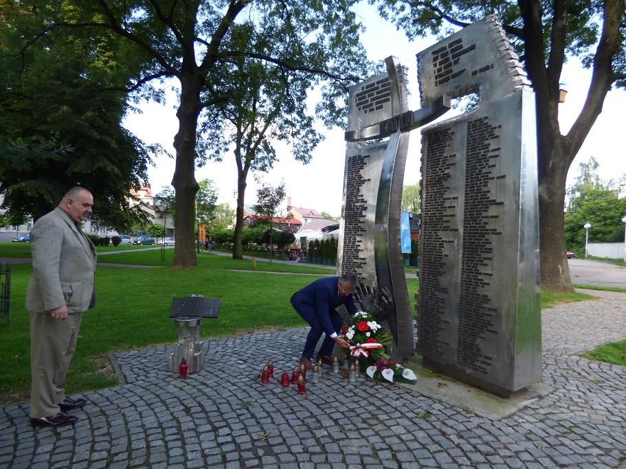 Poseł Jóżef Brynkus iMichał Siwiec-Cielebon składają wiązankę kwiatów zokazji Święta Wojska Polskiego przedpomnikiem Katyńskim wWadowicach
