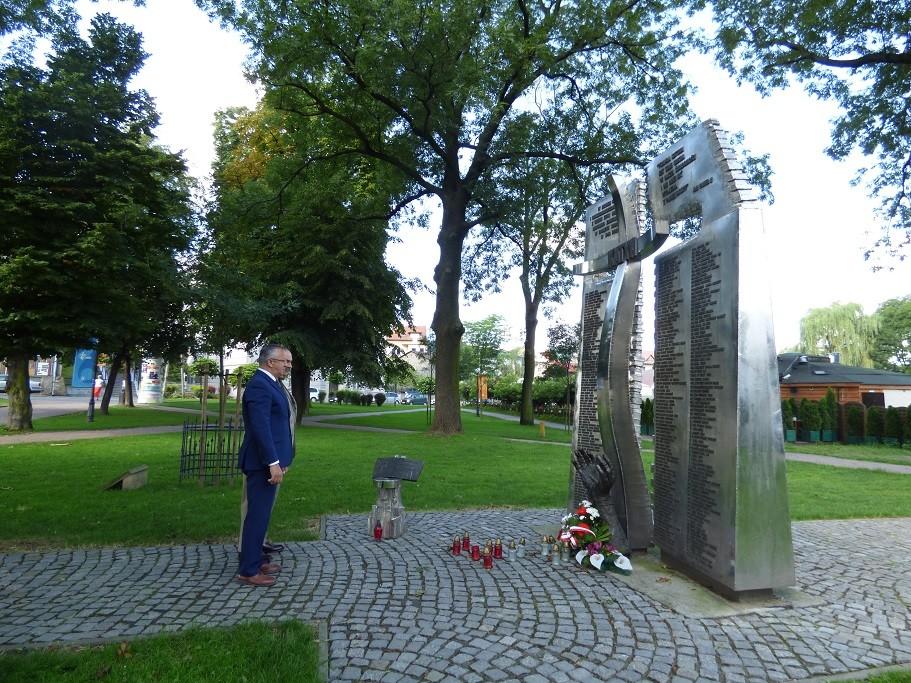 Poseł Jóżef Brynkus iMichał Siwiec-Cielebon zokazji Święta Wojska Polskiego składają wiązankę kwiatów ioddają hołd poległym przedpomnikiem Katyńskim wWadowicach