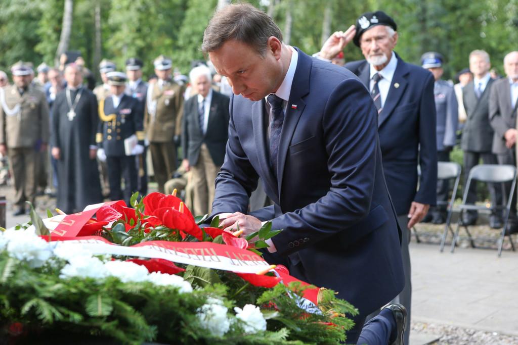 Prezydent RP Andrzej Duda oddaje hołd przedpomnikiem Gloria Victis