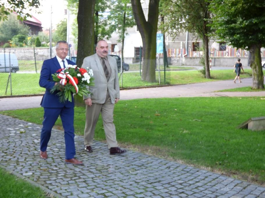 Składanie kwiatów przedpomnikiem poległych żołnierzy 12. Pułku Piechoty wWadowicach