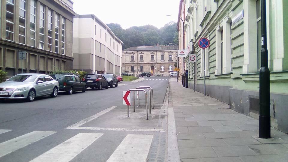 wyczyszczony-plac-ze-slupkow-parkingowych-w-krakowie
