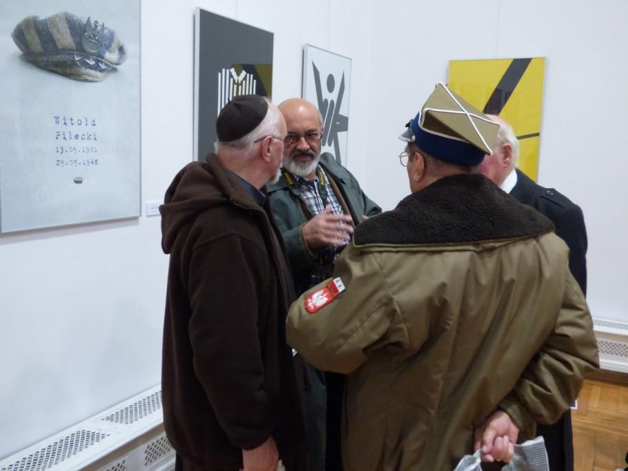 jozef-wieczorek-na-wystawie-plakatu-pt-rotmistzr-pilecki-bohater-niezwyciezony-raport-z-auschwitz