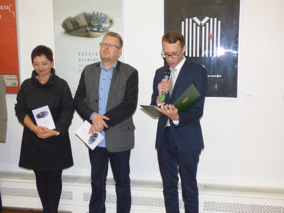 michal-wiater-odczytuje-list-wiceministra-prof-falkowskiego-skierowany-do-obecnych-na-wernisazu-plakatu-w-krakowskim-placu-sztuki