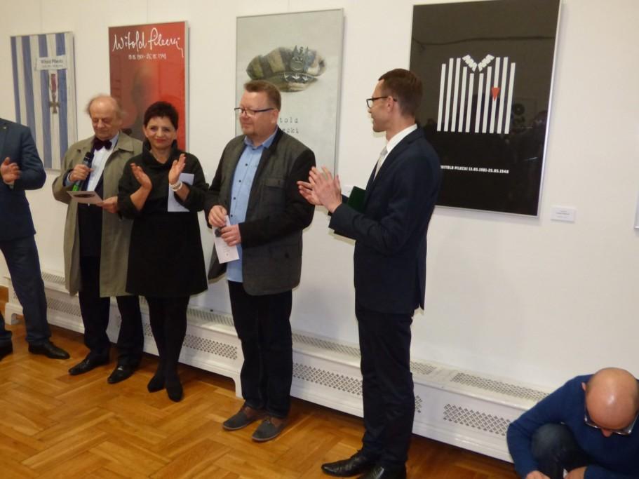 oklaski-dla-zbigniewa-babinskiego-zwyciezcy-miedzynarodowego-konkursu-na-plakat-pt-rotmistrz-pilecki-bohater-niezwyciezony-raport-z-auschwitz