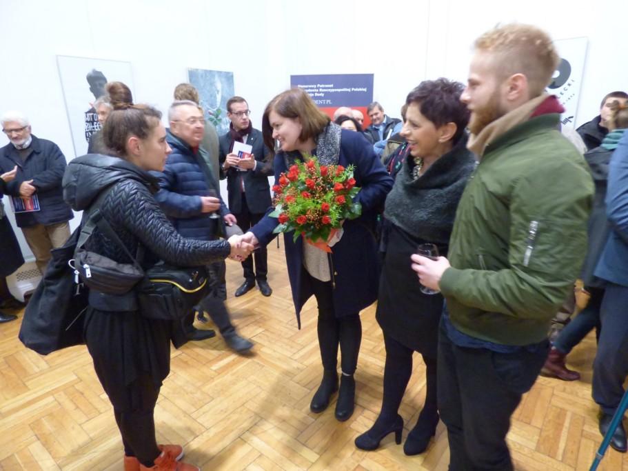 prezes-fundacji-gdzie-weronika-wierzchowska-gratuluje-wyroznionym-autorom-plakatow-z-miedzynarodowego-konkursu