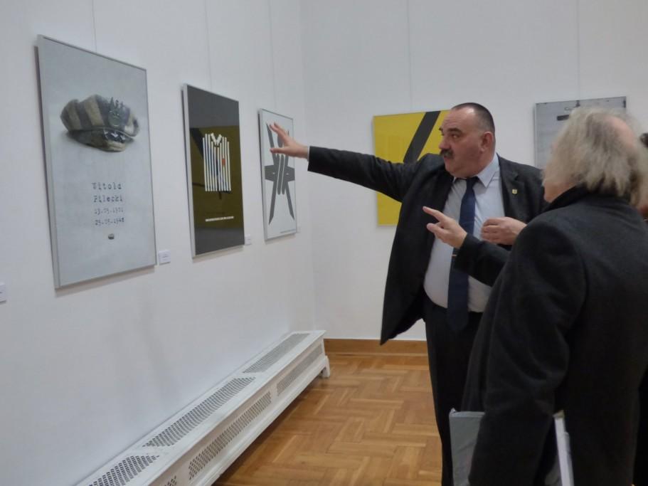 prof-czeslaw-dzwigaj-wskazuje-artyzm-zwycieskieg-plakatu-z-miedzynarodowego-konkursu-pt-rotmistrz-pilecki-bohater-niezwyciezony