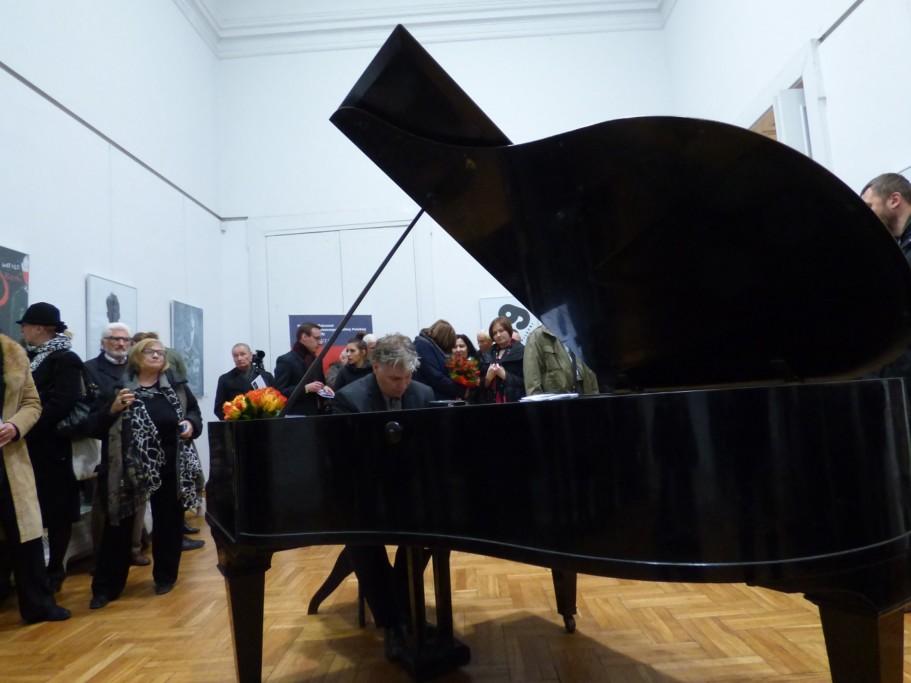 tomasz-trzcinski-swiatowej-slawy-pianista-i-kompozytor-gra-swoja-interpretacje-muzyczna-plakatow-z-konkursu-rotmistrza-pileckiego