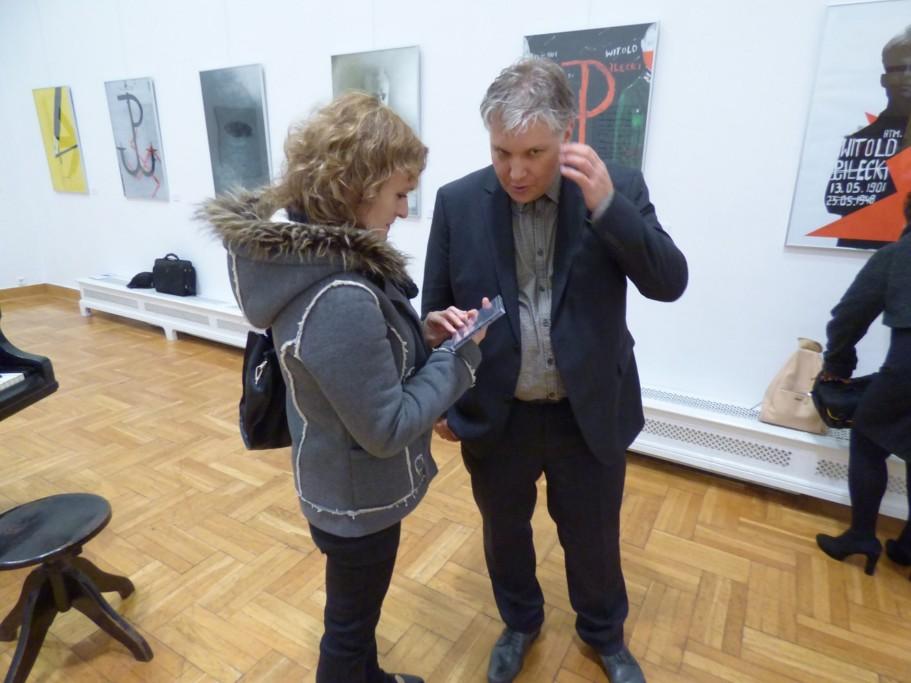 tomasz-trzcinski-podczas-rozmowy-ze-swoja-fanka-podczas-wystawy-plakatu-w-palcu-sztuki-w-krakowie