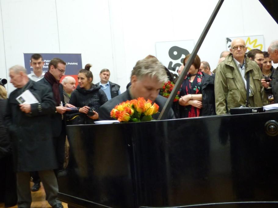 weronika-wierzchowska-prezes-fundacji-gdzie-na-wernisazu-plakatu-i-grajacy-tomasz-trzcinski-swiatowej-slawy-pianista-i-kompozytor